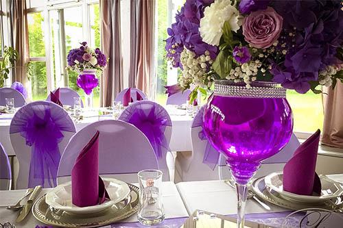 Gästetische mit Wasen und Blumen